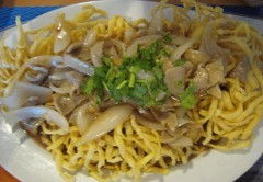 Stir-fried crispy egg noodle with beef and onion